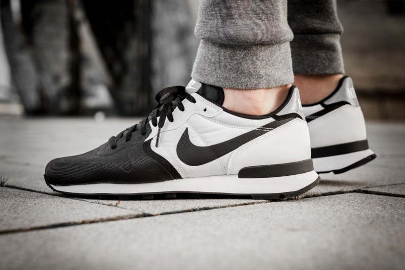 529-nike-internationalist-prm-black-white-0